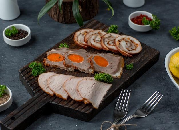 Prato de carne em cima da mesa