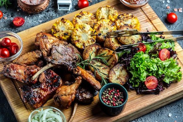Prato de carne grelhada mista. menu de churrasco. carnes e vegetais grelhados. fundo de receita de comida. fechar-se.