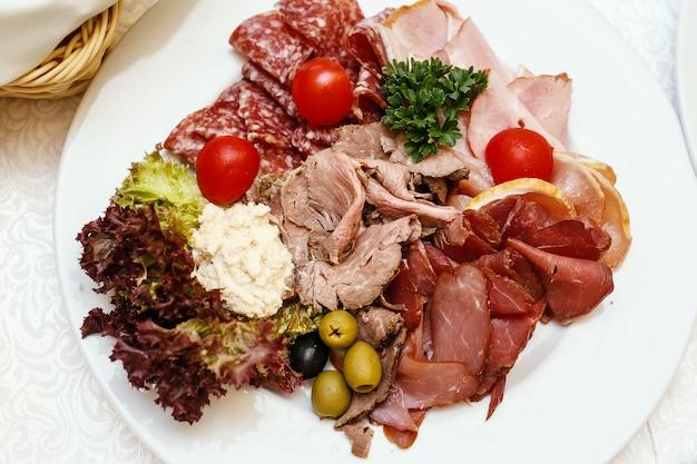 Prato de carne sortida em catering para eventos.