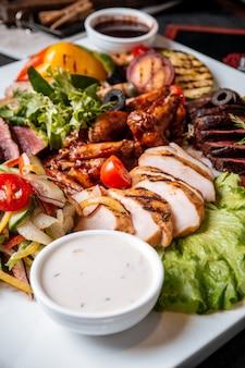 Prato de carnes grelhadas variadas com frango bovino