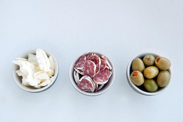Prato de catering com diferentes carnes e queijos, queijo, azeitonas e carne para o café da manhã