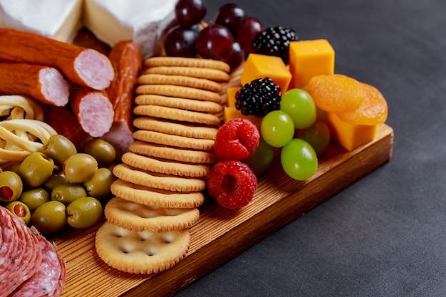 Prato de catering com diferentes carnes e queijos