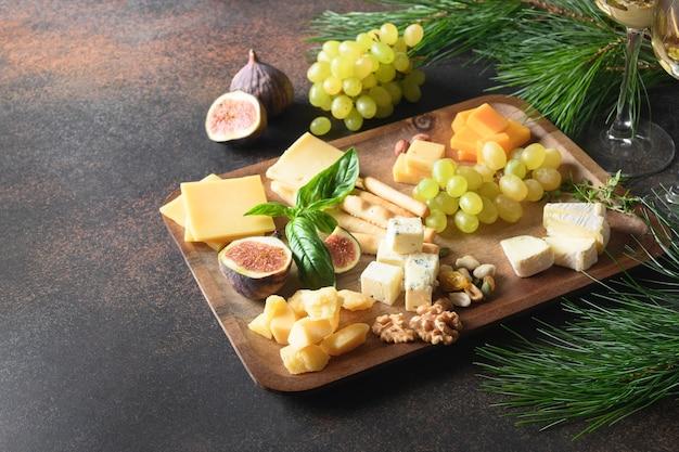Prato de ceese de natal com diferentes queijos e aperitivos