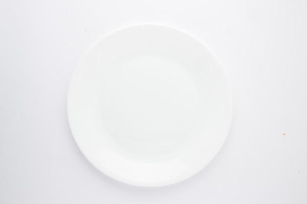 Prato de cerâmica branca com diferentes formas de uma louça de cerâmica branca vazia