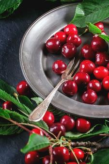 Prato de cerejas frescas