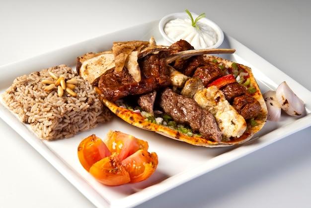 Prato de churrasco misto árabe tradicional em fundo branco