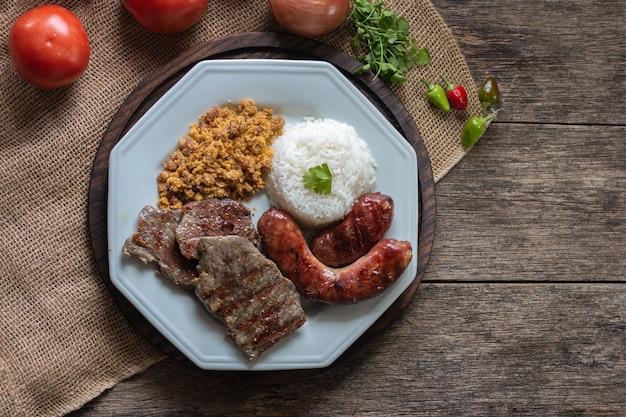 Prato de comida brasileira com vista superior de churrasco.