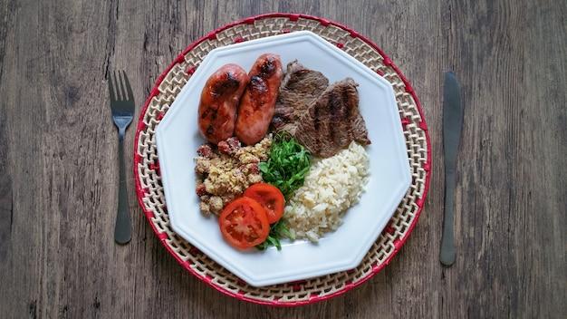 Prato de comida com tradicional churrasco brasileiro.