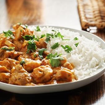 Prato de curry indiano com arroz basmati e frango