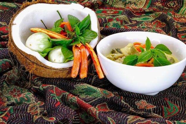 Prato de curry verde tailandês com frango