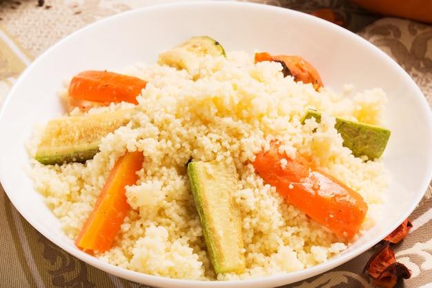 Prato de cuscuz vegetariano saudável