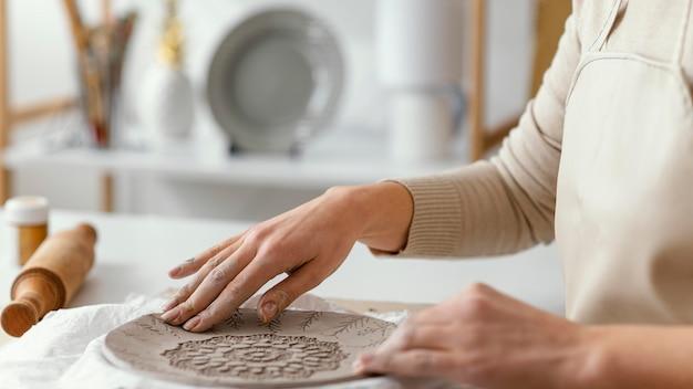 Prato de decoração de mãos em close