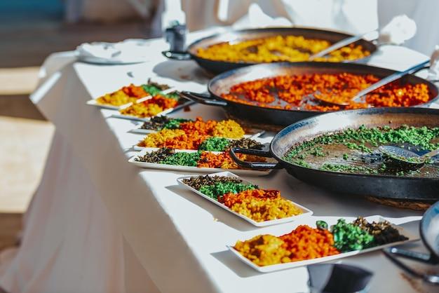 Prato de degustação com vários tipos de paellas de arroz típicas valencianas, comida espanhola.