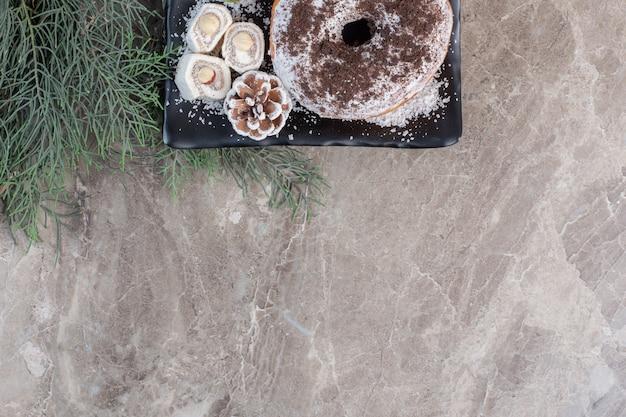 Prato de delícias turcas e um donut em mármore.