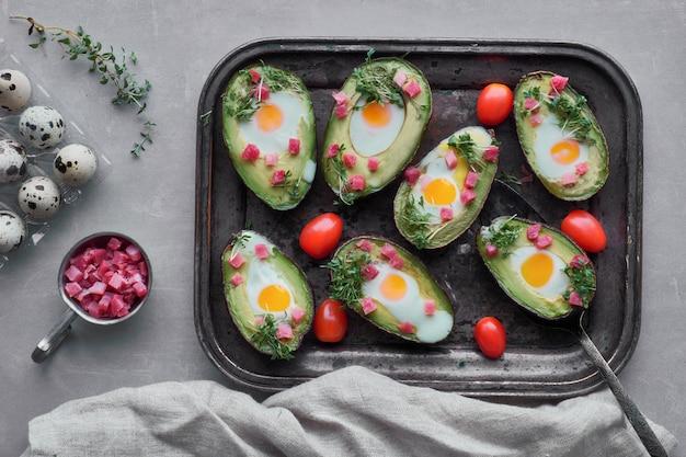 Prato de dieta keto: barcos de abacate com cubos de presunto, ovos de codorna, queijo