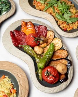Prato de diferentes legumes grelhados