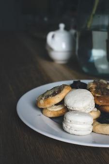 Prato de doces misturados e pastelaria