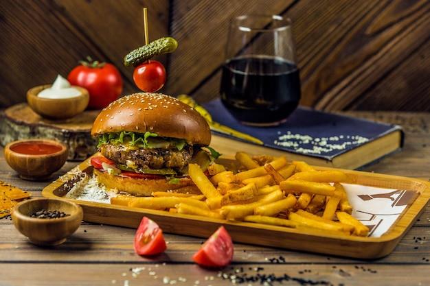 Prato de fast-food com hambúrguer e batatas fritas