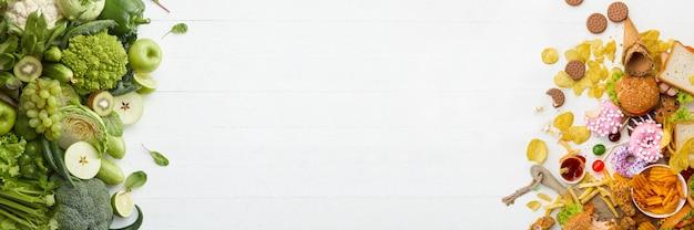 Prato de fast-food e comida natural em fundo branco. conjunto não saudável, incluindo hambúrgueres, molhos e batatas fritas. comparação com nutrição saudável, vegetais e frutas. folheto para o seu anúncio.