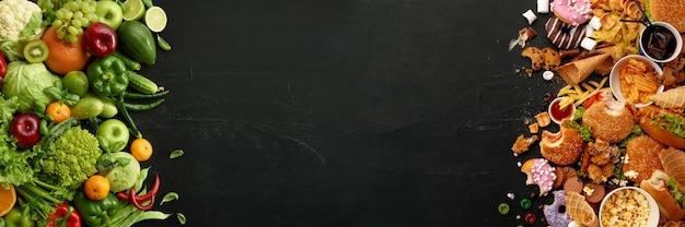 Prato de fast-food e comida natural em fundo de pedra preta. conjunto não saudável, incluindo hambúrgueres, molhos e batatas fritas. comparação com nutrição saudável, vegetais e frutas. folheto para o seu anúncio.