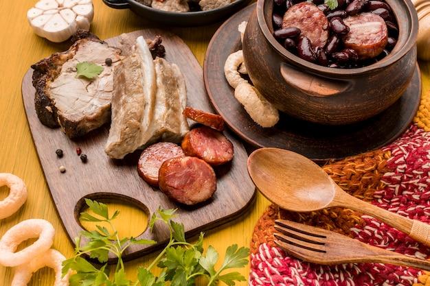 Prato de feijão e salsichas de ângulo alto