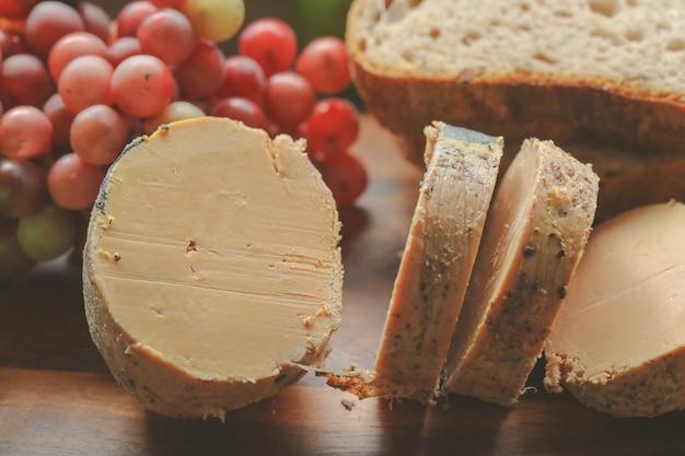 Prato de fígado de ganso ou foie gras e pão