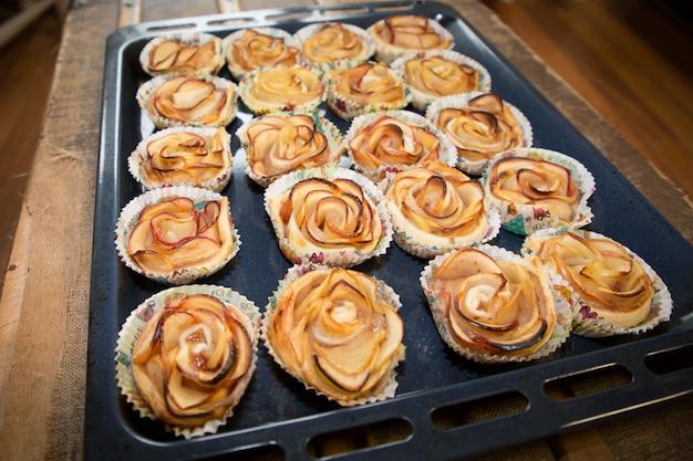 Prato de forno com bolos de maçã caseiros
