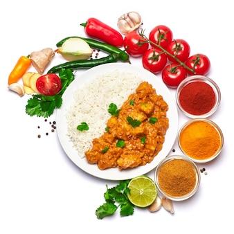 Prato de frango ao curry tradicional e temperos