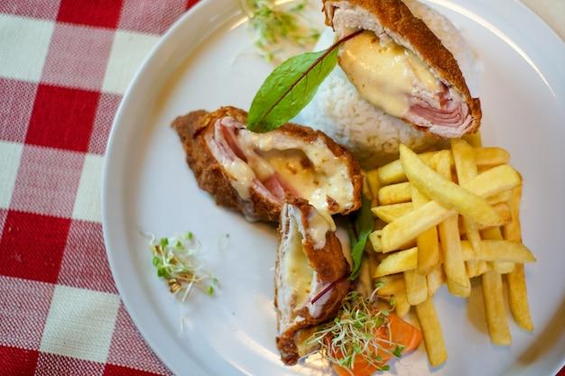Prato de frango em uma mesa de restaurante