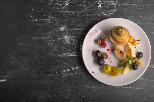 Prato de frutas brancas isolado em fundo preto à direita