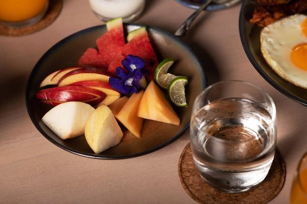 Prato de frutas com manga e melancia