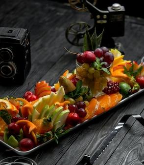 Prato de frutas em uma mesa de madeira