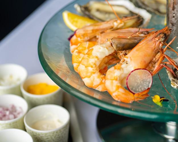 Prato de frutos do mar frescos com camarões de perto