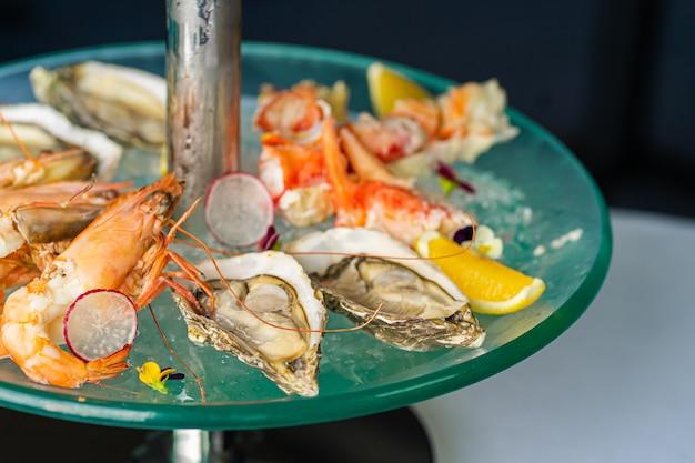 Prato de frutos do mar frescos com caviar de perto