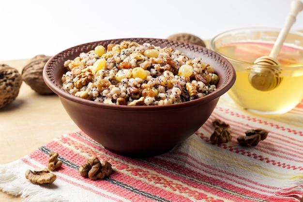 Prato de grãos cerimoniais com molho doce