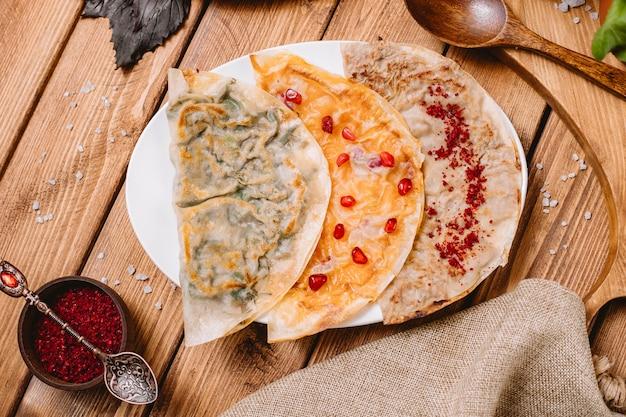 Prato de gutabs do azerbaijão com ervas
