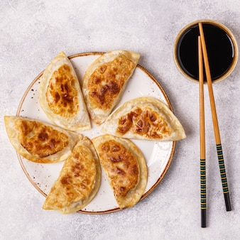 Prato de gyoza asiático, lanche de bolinhos