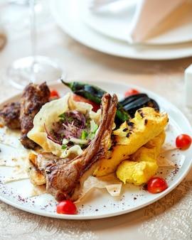 Prato de kebab com quibe de batata e legumes tikka lula