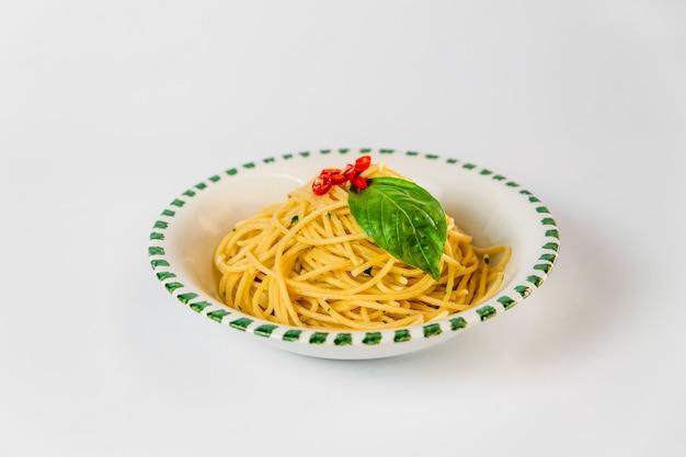 Prato de macarrão espaguete de cozinha italiana isolado