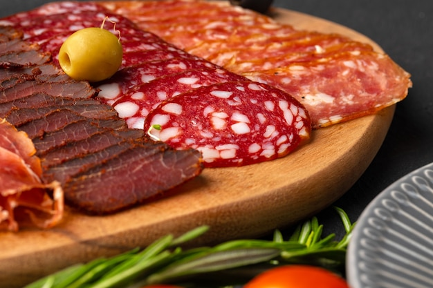 Prato de madeira com aperitivo de cortes de carne