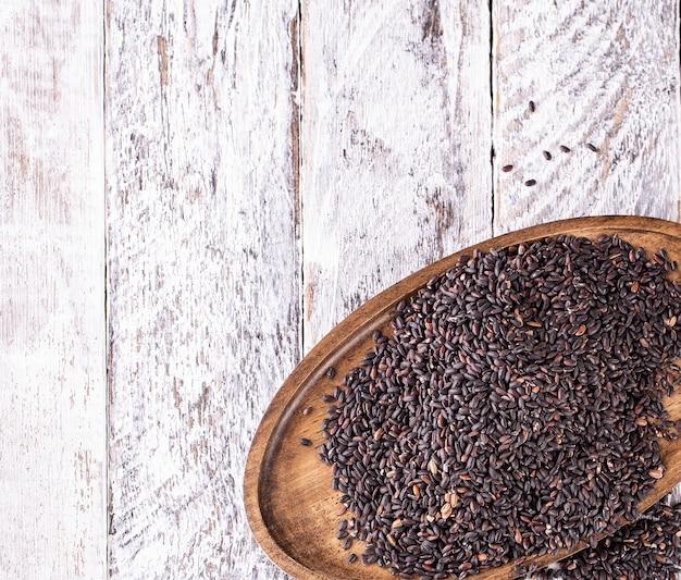 Prato de madeira com arroz preto