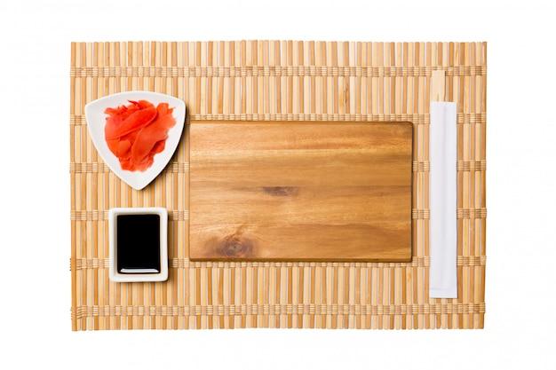 Prato de madeira marrom retangular vazio com pauzinhos para sushi