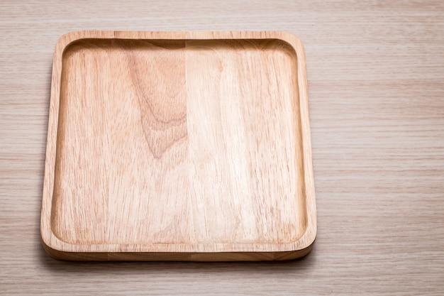 Prato de madeira no de madeira.