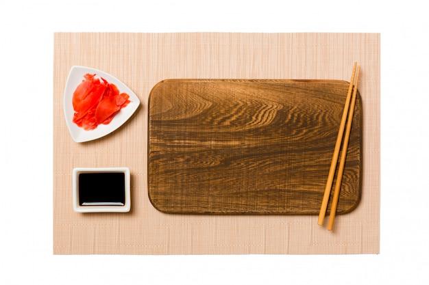 Prato de madeira vazio com pauzinhos para sushi