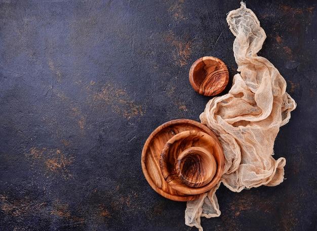 Prato de madeira vazio e taças no fundo enferrujado