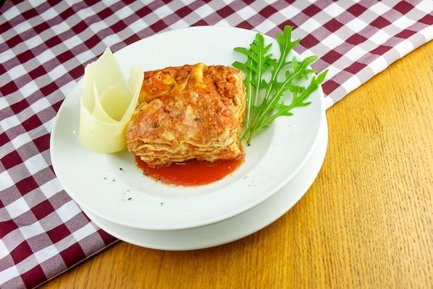 Prato de massa em uma mesa de restaurante