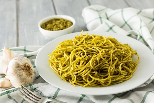 Prato de massa italiana na toalha de mesa