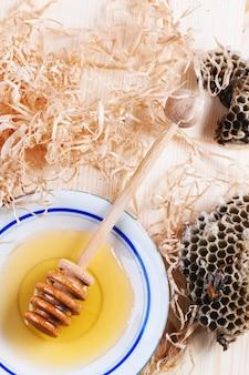 Prato de mel com favos de mel