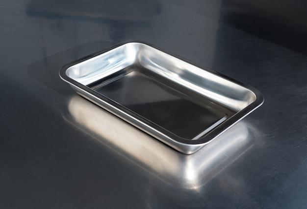 Prato de metal na cozinha