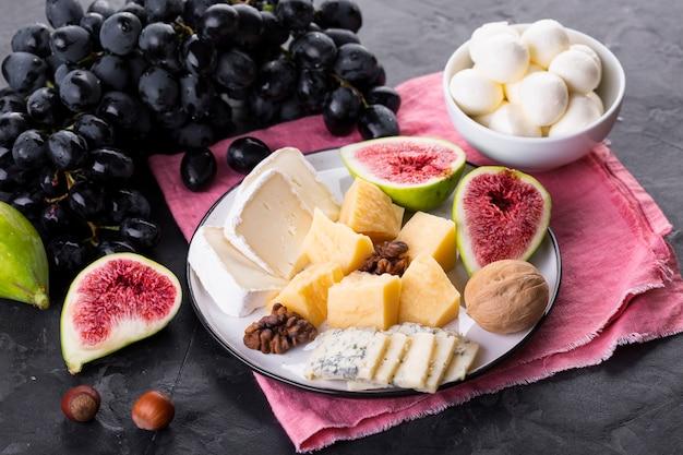 Prato de mistura de queijo com uvas